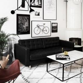 Декор стены над диваном черного цвета