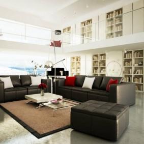 Два дивана с кожаной обивкой в просторном зале