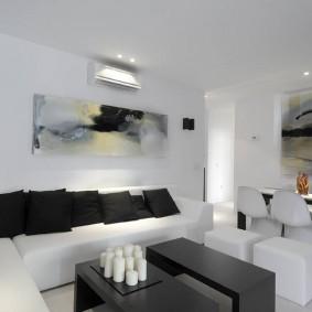 Черные подушки на белом диване