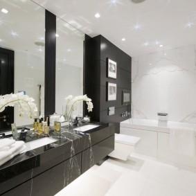 Черная мебель в интерьере светлой ванной