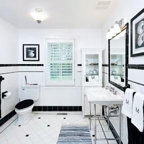Контрастный интерьер ванной комнаты с окном