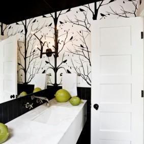 Зеленый декор в черно-белой ванной