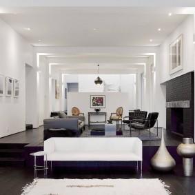 Белый потолок в гостиной с подиумом