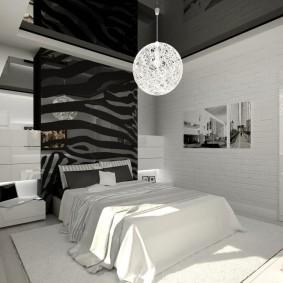 Белый светильник на черном потолке