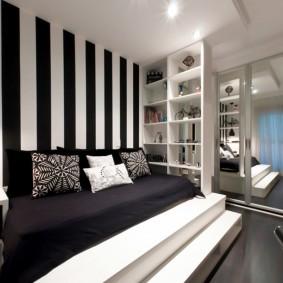 Обои в черно-белую полоску в интерьере комнаты
