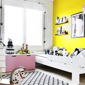 Окраска в желтый цвет акцентной стены в детской