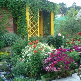 Садовая клумба в природном стиле
