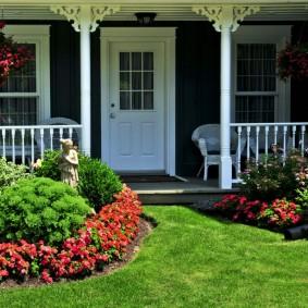 Садовая клумба с бордюром из красных цветов