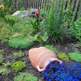 Цветочный ручей из глиняного кувшина