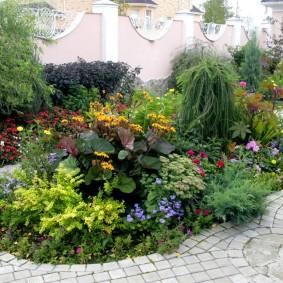 Клумба с многолетними растениями во дворе дачи