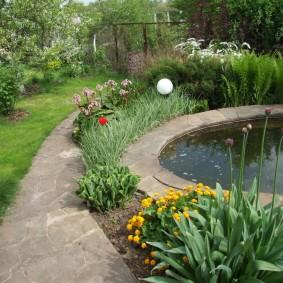 Рабатка вдоль садовой дорожки около водоема