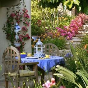 Голубая скатерть на садовом столике