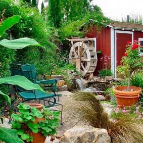 Уютный дворик на загородном участке