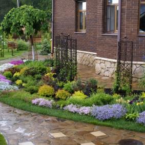 Садовая дорожка с мокрой поверхностью