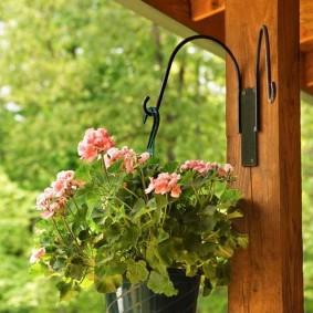 Кашпо с цветами на деревянном столбе