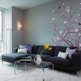 Рисунок дерева на стене за диваном