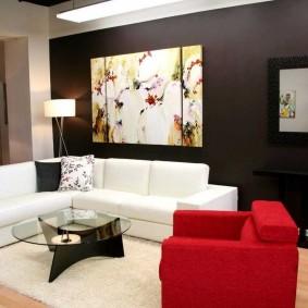 Красное кресло около белого дивана