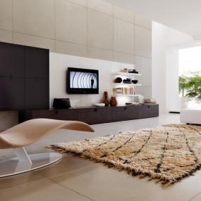 Ковер на полу гостиной комнаты в стиле хай тек