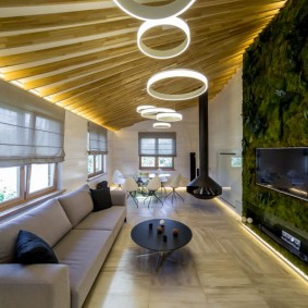 Оригинальные светильники на потолке в зале
