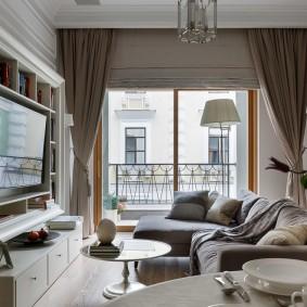 Шторы в интерьере гостиной с балконом