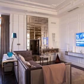 Зеркальное панно на стене гостиной