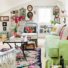Обилие декоративных элементов в гостиной комнате