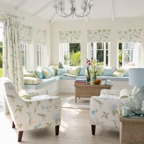 Мягкая мебель с цветочной обивкой