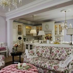 Диван в цветочках в гостиной стиля прованс