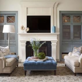 Мягкая мебель перед камином в гостиной