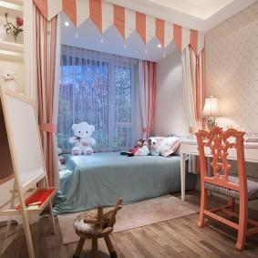 Полосатый ламбрекен в спальне девочки