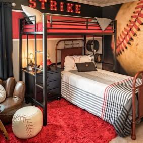 Двухуровневая кровать в комнате мальчиков