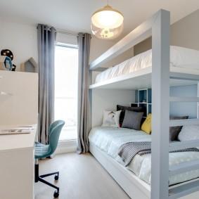 Узкая комната с двухуровневой кроватью