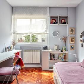 Светлая штора на окне детской комнаты
