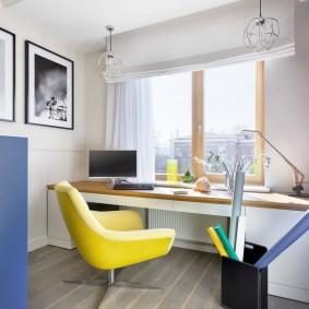 Желтое кресло перед письменным столом