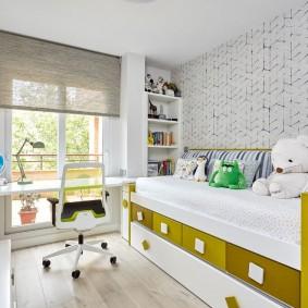 Узкая кровать в комнате маленького ребенка