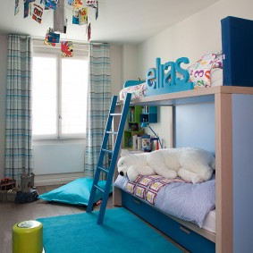Голубой коврик на полу спальни