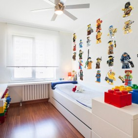 Декор стены детской комнаты наклейками