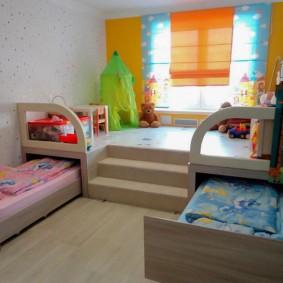 Игровая зона на подиуме в детской комнате