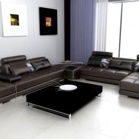 Два кожаных дивана в гостиной комнате