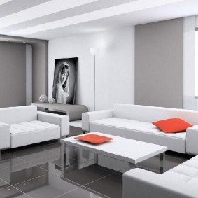 Красная подушка на белом диване