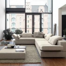Большое окно в комнате с двумя диванами