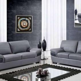 Парочка диванов с обивкой серого цвета