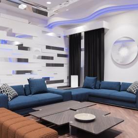 Темно-синие диваны в гостиной с обилием глянца
