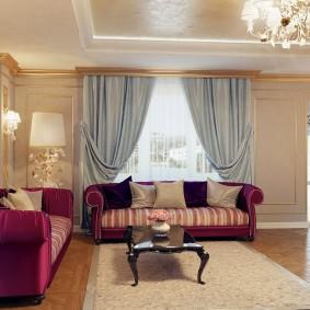2 дивана с бархатной обивкой в классической гостиной
