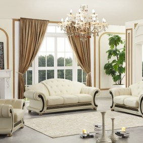 Хрустальная люстра в гостиной с 2 диванами