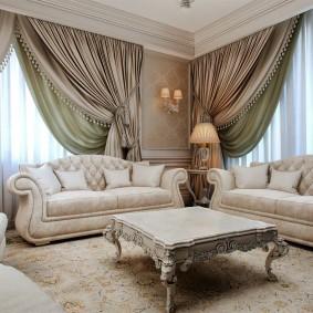 Портьеры из плотной ткани в гостиной стиля классика