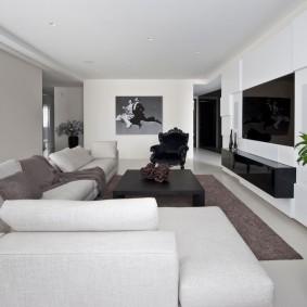 Белая обивка мебели в гостиной стиля минимализм