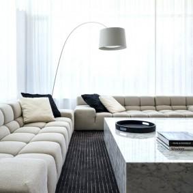 Длинные диваны в минималистической гостиной