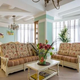 Удобные диванчики в гостиной деревенского стиля