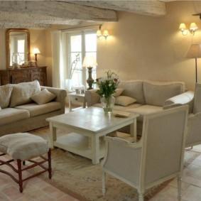 Мягкие стулья в гостиной деревенского дома